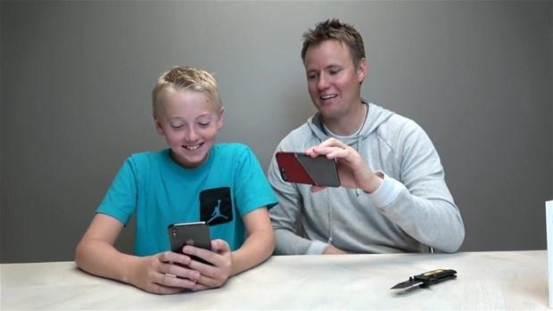 Baba ile oğul iPhone X'i parçaladı! İşte içinden çıkanlar