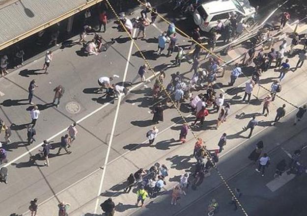 Avustralya'da bir araç yayaların arasına daldı: 19 yaralı
