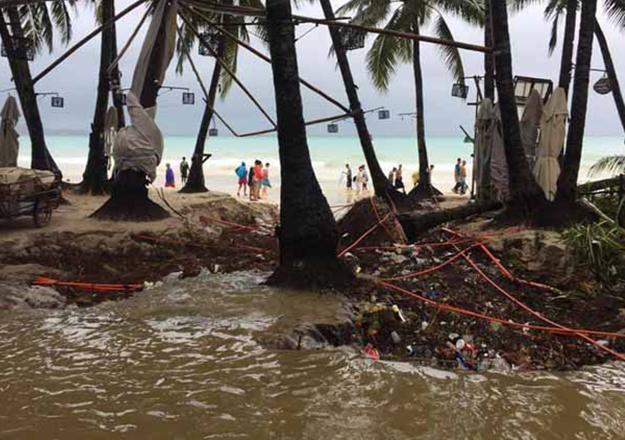 Filipinler'de 251 kişiyi taşıyan feribot battı!