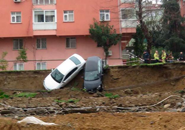 Kadıköy'de toprak kayması: 4 katlı bina boşaltıldı, otomobilleri ağaçlara bağladılar