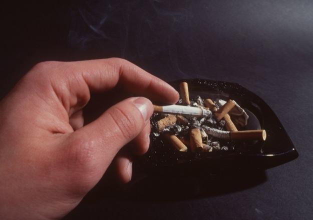 Sigara tiryakilerine bir şok daha!... Sigara paketlerine düzenlemenin eli kulağında