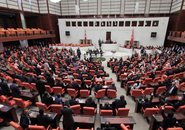 Milletvekili adayları dronelara hücum etti