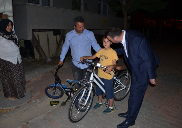 Minik Kadir'e bisiklet sürprizi