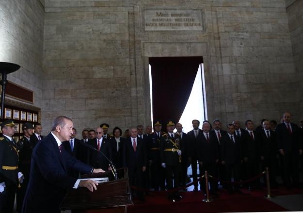 Cumhurbaşkanı Erdoğan Anıtkabir Özel Defterini imzaladı ve mesajını okudu