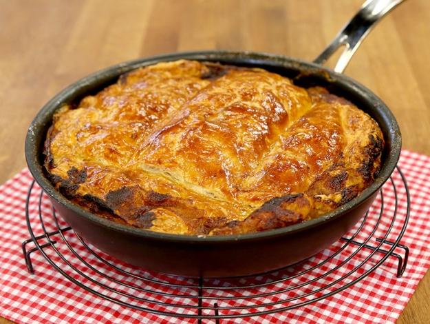 Gelinim Mutfakta kırmızı soğanlı kıymalı milföy nasıl yapılır? Tarifi ve malzemeleri nedir