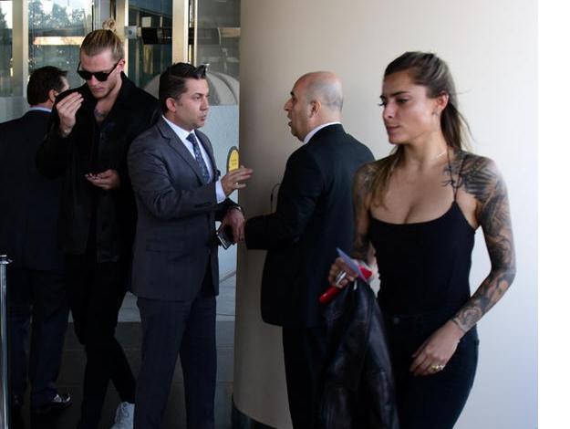 Karius sevgilisiyle otel girişinde görüldü