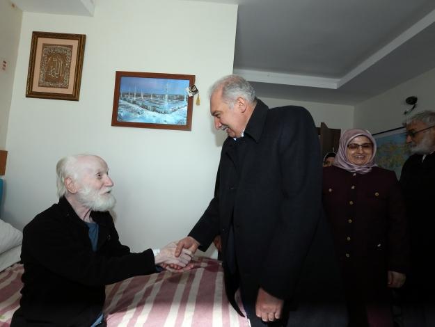 Yaşlıların hayır duasını aldı