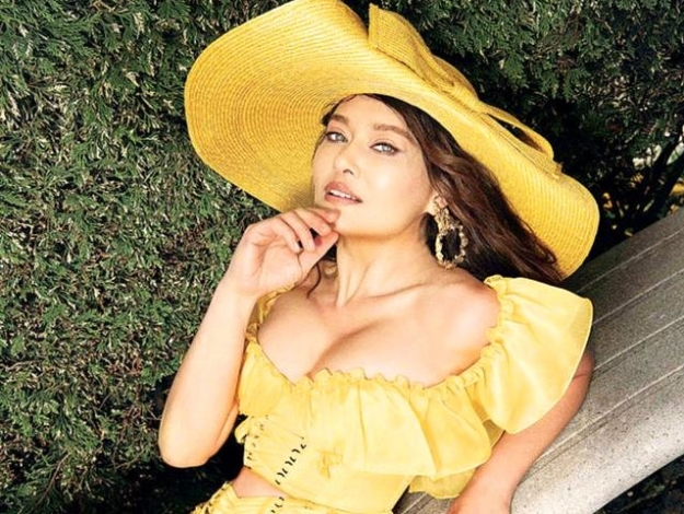Nurgül Yeşilçay'dan sarı elbise bombası