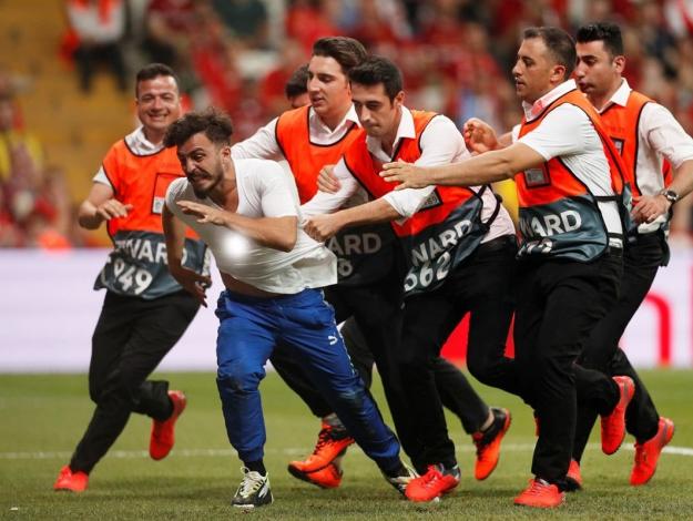 Süper Kupa maçında sahaya atlayan Youtuber adliyeye sevk edildi