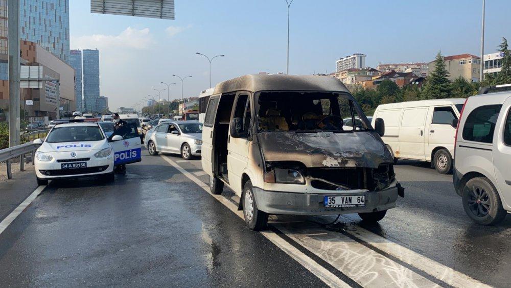 Kartal D-100'de minibüs alev alev yandı