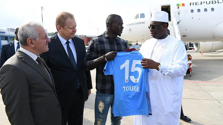 Çin ziyaretinin ardından ülkesine dönen Senegal Cumhurbaşkanı Macky Sall'yi taşıyan özel uçak yakıt ikmali için Trabzon'a indi. Sall'yi ülkesine uğurlayanlar arasında Zargo Toure de yer aldı.