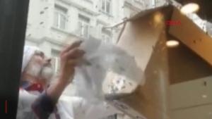 İstiklal Caddesi'nde panik anları! Hepsini eliyle topladı