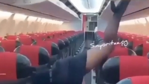 Hostesin uçak boşken yaptığı şeyler dünyayı salladı!