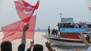 Yıldırım ilk kez oy kullanacak genç seçmenlerle tekne turu yaptı