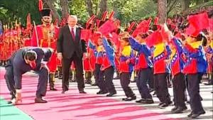 Maduro, rüzgardan yere düşen Türk bayrağını kaldırdı